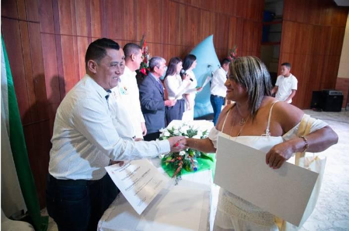 Oscar Porras, rector UNIPAZ saludando a una de las beneficiarias del diplomado para la sostenibilidad