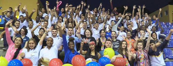 Estudiantes de la Universidad de Bethel comparten con alumnos de la Escuela Nacional del Deporte