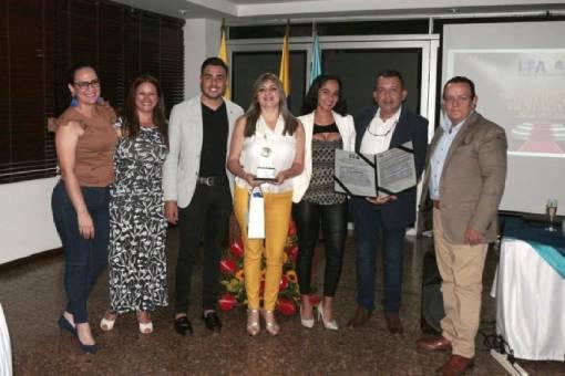 Grupo de investigación condecorado en la Noche de los Mejores en compañía del Rector Gustavo Rubio Lozano.