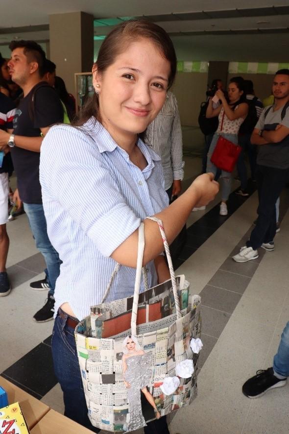 Ejemplo de bolso fabricado con residuos sólidos por estudiantes de las UTS