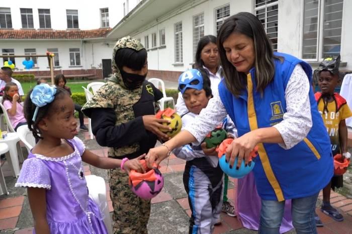 Lida Vivas Leal, Coordinadora del Departamento de Proyección Social de UNIMAYOR en la Fiesta de la Fantasía con niños del Hospital San José de Popayán