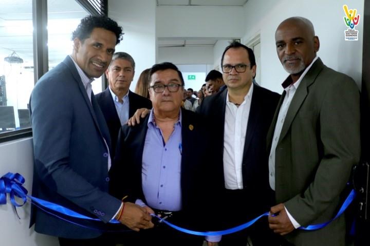 Rector Hugo González de UNIAJC en compañía de autoridades municipales